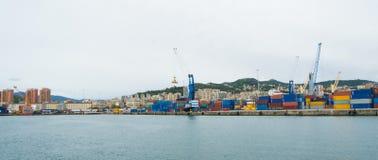 Il lato industriale del porto a Genova, Italia fotografia stock