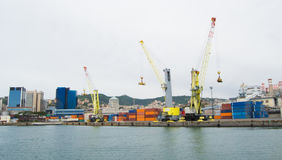 Il lato industriale del porto a Genova, Italia fotografie stock