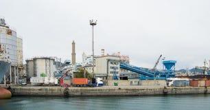 Il lato industriale del porto a Genova, Italia fotografie stock libere da diritti