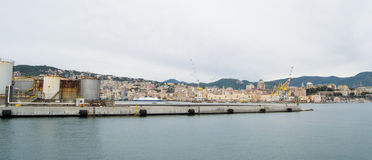 Il lato industriale del porto a Genova, Italia immagine stock