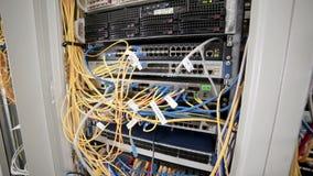 Il lato posteriore dei server di dati funzionanti con il LED infiammante si accende stock footage