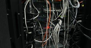 Il lato posteriore dei server di dati funzionanti con il LED infiammante si accende video d archivio