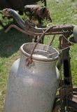 Il latte antico può alluminio sulla bicicletta Immagine Stock
