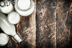 Il latte della mucca fresco fotografie stock libere da diritti