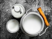 Il latte della mucca fresco fotografie stock