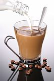 Il latte ha versato in caffè immagine stock