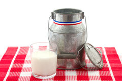 Il latte può e glas di latte isolati su bianco Fotografia Stock Libera da Diritti