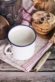 Il latte in un'annata può e biscotti Immagini Stock Libere da Diritti