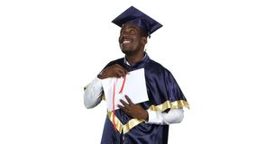 Il laureato esamina il diploma bianco stock footage