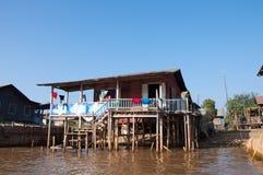 Il lavaggio ha appeso per asciugarsi sulla casa del bambù del lago Fotografia Stock Libera da Diritti