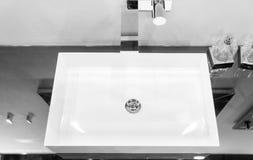 Il Lavandino Quadrato Moderno Ha Montato In Una Superficie Dello Specchio  Vicino A Vetro C Fotografia