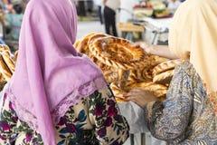 Il lavash tradizionale del pane dell'Uzbekistan al bazar locale, è una f morbida immagine stock