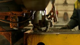 Il lavoratore è impegnato nel taglio del metallo sulla macchina utensile automatica di produzione, per il taglio di metalli, cost archivi video