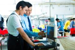 Il caporeparto in una fabbrica spiega qualcosa immagine stock libera da diritti