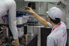 Il lavoratore aziona l'alimentatore doppio delle parti di moto immagini stock libere da diritti