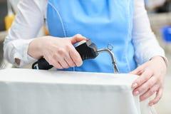 Il lavoratore carica la lavanderia nella lavatrice Immagini Stock Libere da Diritti