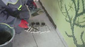 Il lavoratore che intonaca la parete stedicam che shoting stock footage