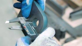 Il lavoratore che misura il diametro interno di ferro si separa il calibro elettronico archivi video