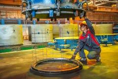 Il lavoratore controlla il processo di fabbricazione del blocchetto del cerchio Fotografie Stock Libere da Diritti