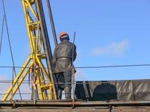Il lavoratore controlla l'attrezzatura sull'impianto di perforazione per vedere se c'è svuotare Immagine Stock