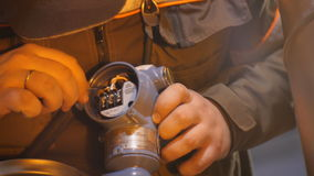 Il lavoratore del primo piano ripara il metro di pressione con lo strumento video d archivio