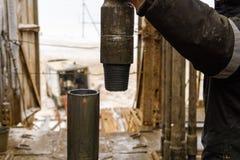 Il lavoratore dell'impianto di perforazione del petrolio marino prepara lo strumento e l'attrezzatura per l'olio di perforazione  immagine stock libera da diritti