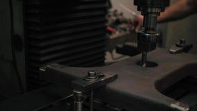 Il lavoratore dell'industria pesante della mano alta vicina sta lavorando al processo della fabbrica del lavoro del metallo video d archivio