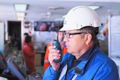 Il lavoratore della società nel luogo di lavoro parla sulla radio fotografie stock libere da diritti