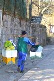 Il lavoratore di Sherpa porta il carico pesante in salita nelle montagne di giallo di Huangshan, Cina Fotografie Stock