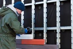 Il lavoratore fa il rivestimento ed il riscaldamento della parete da una pietra decorativa artificiale immagini stock libere da diritti