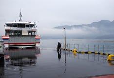Il lavoratore guida il traghetto al pilastro del traghetto di Miyajima a Miyajima Fotografia Stock