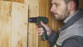 Il lavoratore ha installato una porta fatta da sé in un interno di legno archivi video