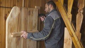 Il lavoratore ha installato una porta fatta da sé in un interno di legno video d archivio