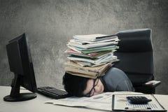 Il lavoratore maschio fa un sonnellino con il documento Fotografia Stock Libera da Diritti