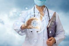 Il lavoratore medico mostra le icone dell'esame degli organi interni Fotografia Stock