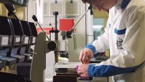 Il lavoratore mette il caso del tester sullo strumento e sui luoghi di perforazione stock footage
