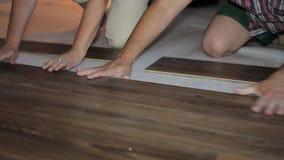 Il lavoratore mette la pavimentazione del bordo video d archivio
