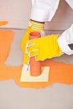 Il lavoratore mette una guarnizione impermeabile intorno al tubo Fotografia Stock