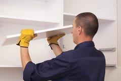 Il lavoratore monta la mobilia nella cucina Fotografia Stock Libera da Diritti