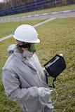 Il lavoratore nella serie chimica della protezione sta misurando la concentrazione di gas tossici con un analizzatore di gas nell fotografia stock