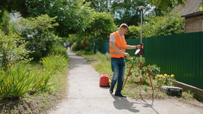 Il lavoratore prepara il dispositivo geodetico per esaminare video d archivio