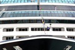 Il lavoratore pulisce la finestra della nave di crociere Fotografie Stock Libere da Diritti