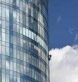 Il lavoratore pulisce le finestre. fotografia stock libera da diritti
