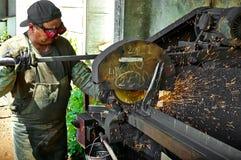 Il lavoratore realizza il lavoro su metallo, scintilla Immagine Stock Libera da Diritti