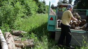 Il lavoratore registra il trattore video d archivio