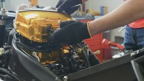 Il lavoratore regola il filtro dell'aria dentro la motocicletta archivi video
