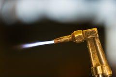 Il lavoratore regola la torcia dell'acetilene Fotografia Stock