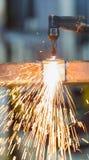 Il lavoratore regola la torcia dell'acetilene Immagine Stock
