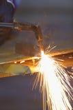 Il lavoratore regolano e il meatl di taglio dalla torcia dell'acetilene Fotografia Stock
