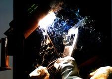 il Lavoratore-saldatore fabbrica il metallo Immagine Stock